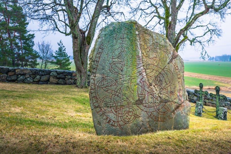 Skanela, Suecia - 1 de abril de 2017: Runestone de Viking en Skanela Chu imágenes de archivo libres de regalías