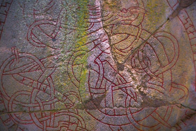 Skanela, Suecia - 1 de abril de 2017: Runestone de Viking en Skanela Chu imagen de archivo libre de regalías