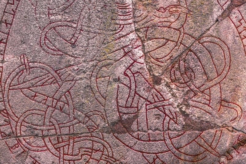 Skanela, Suecia - 1 de abril de 2017: Runestone de Viking en Skanela Chu imagen de archivo