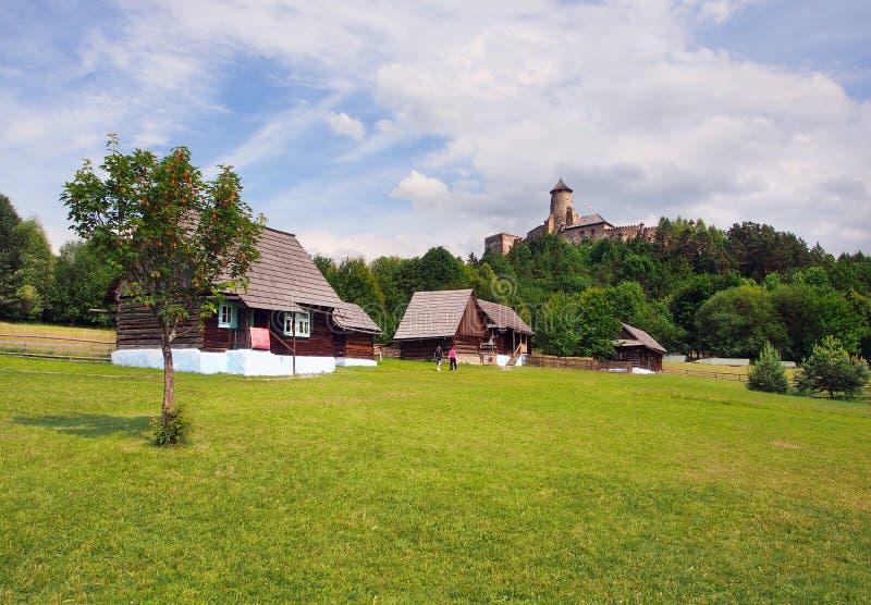 Skansen y castillo en Stara Lubovna, Eslovaquia fotografía de archivo libre de regalías