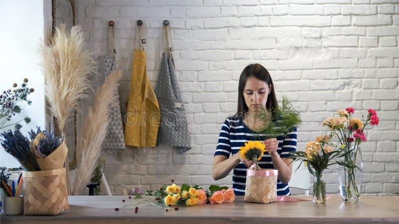 Skapa den härliga blommabuketten i seminarium royaltyfri foto