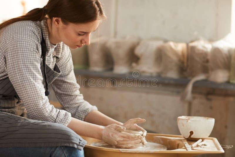 Skapa den keramiska krukan i seminarium royaltyfria foton