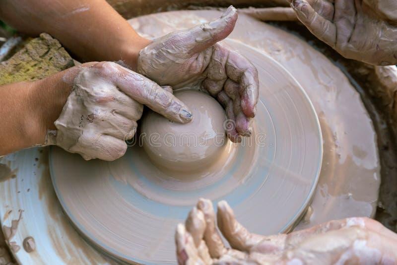 Skapa en skulptur av leranärbilden Händer som gör produkter från lera Skulpt?ren p? arbete arkivbild