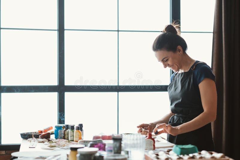 Skapa för konstverk för kvinna för konstnärstudioworkspace royaltyfria bilder