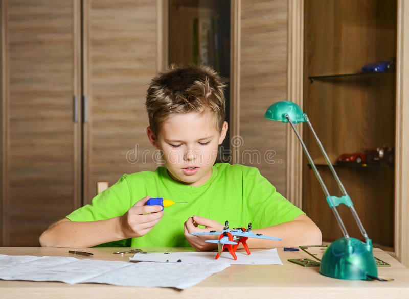 Skapa modellnivån Lycklig modell för pojkedanandeflygplan Hobbybegrepp arkivfoton