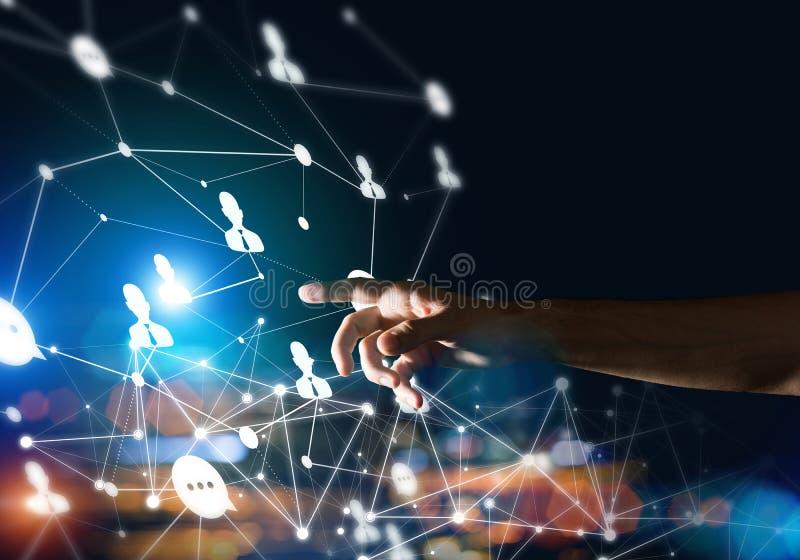 Skapa moderna tr?dl?sa teknologier som hj?lpmedel av communucationen och knyta kontakt p? m?rk bakgrund arkivbilder