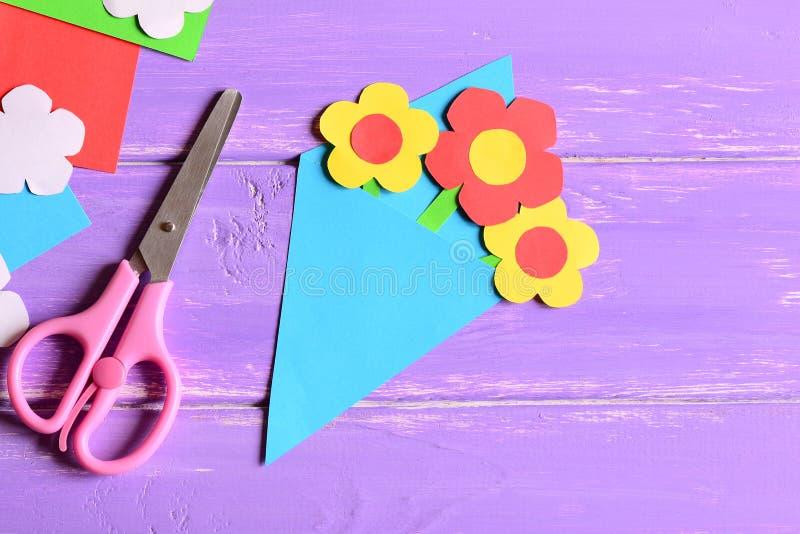 Skapa pappers- hantverk för dag eller födelsedag för moder` s moment anvisning Pappers- bukettgåva för mamman, sax på en träbakgr arkivbild
