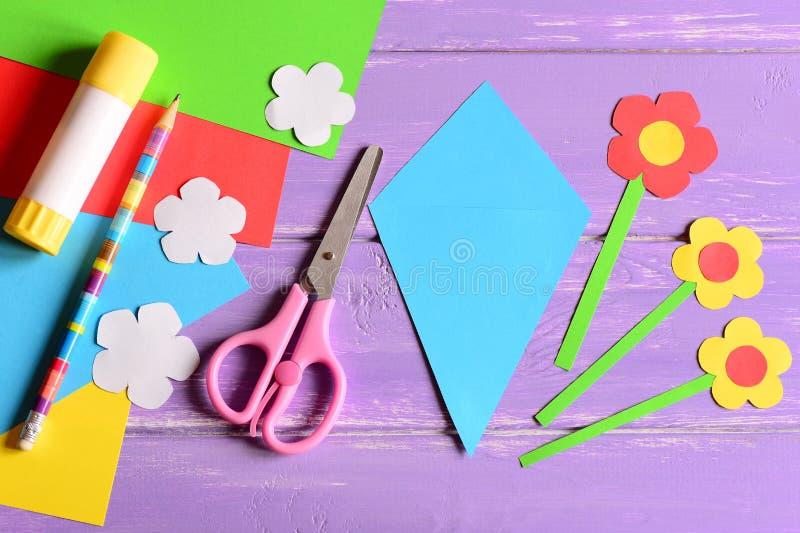 Skapa pappers- hantverk för dag eller födelsedag för moder` s moment handbok Detaljer till framställning av en pappers- bukett fö arkivbild