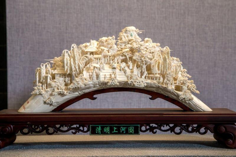 Skapat, genom att snida elfenben som snider folkkonst, är innehållet Kina den forntida bilden, ` för den `-Qingming festivalen, royaltyfri fotografi