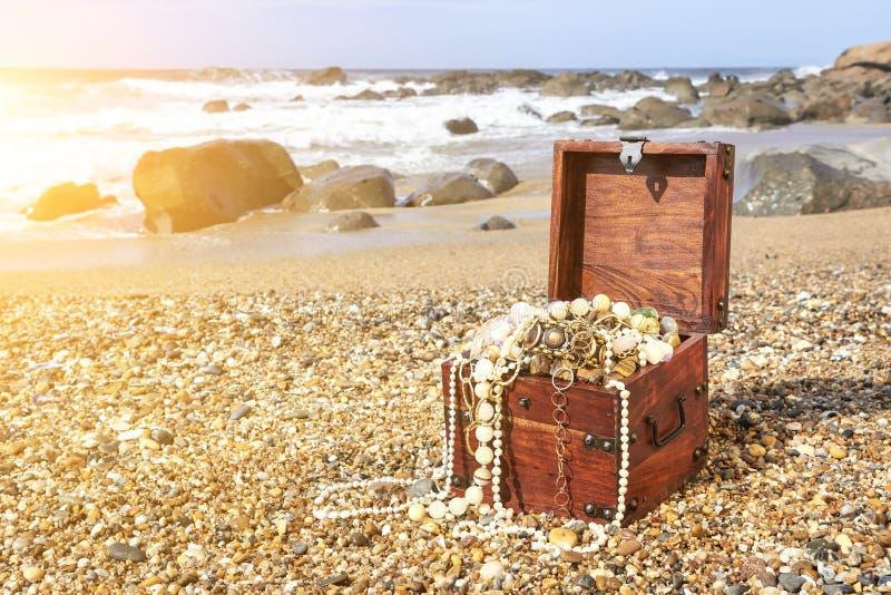 Skarb klatka piersiowa na ocean plaży zdjęcia stock