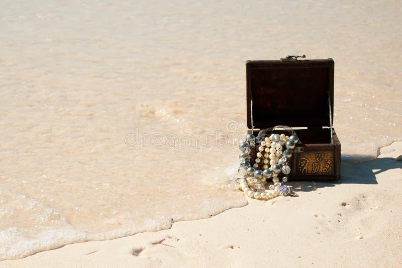 Skarb klatka piersiowa na plaży obraz stock
