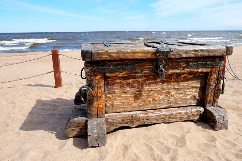 Skarb klatka piersiowa na plaży fotografia stock