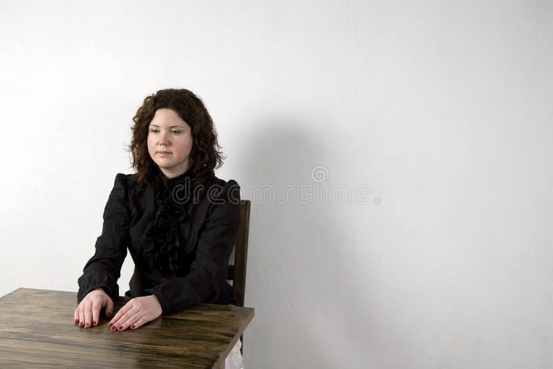 skarbikowanego obsiadania uśmiechnięta stołowa kobieta zdjęcie stock