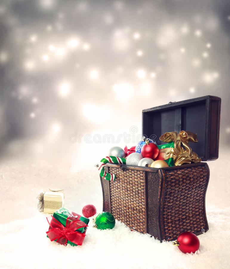 Skarbu pudełko wypełniający z bożymi narodzeniami ornamentuje i teraźniejszość fotografia royalty free