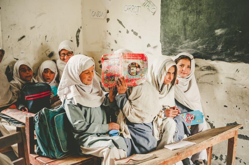 SKARDU, ПАКИСТАН - 18-ОЕ АПРЕЛЯ: Неопознанные дети в деревне на юге  Skardu учат в классе стоковые изображения rf