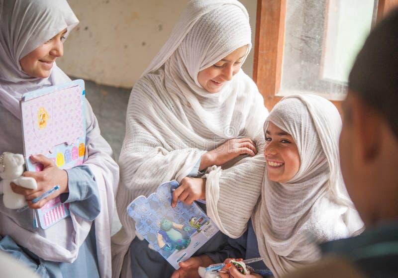 SKARDU, ПАКИСТАН - 18-ОЕ АПРЕЛЯ: Неопознанные дети в деревне на юге  Skardu учат в классе стоковое изображение rf