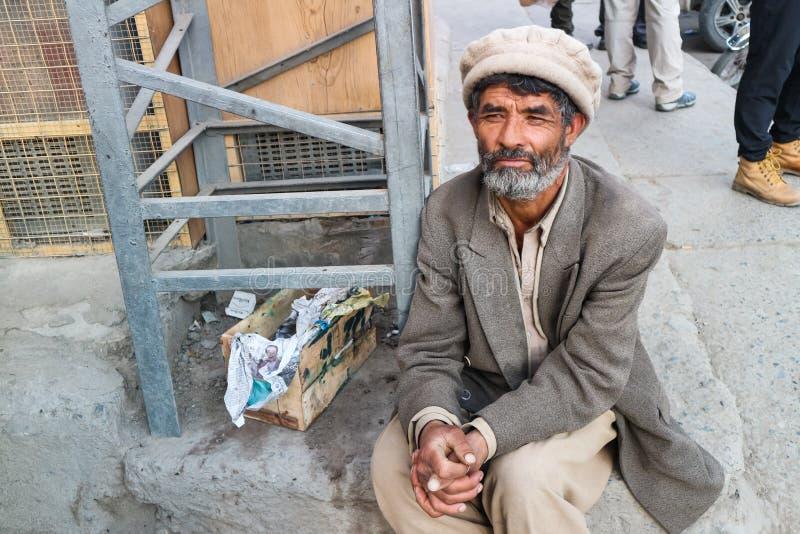 SKARDU, ПАКИСТАН - 28-ОЕ ИЮЛЯ: Неопознанный старик представляет для портрета по мере того как он отдыхает после тяжелой работы 28 стоковая фотография
