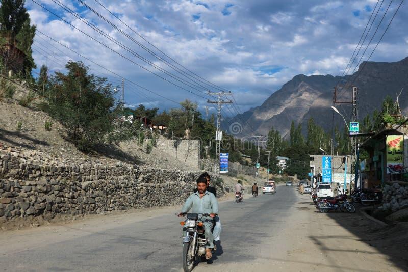 SKARDU, PAKISTAN - 28. JULI: Nicht identifizierte Leute reiten Motorrad und Auto auf die lokale Straße, stockfotos