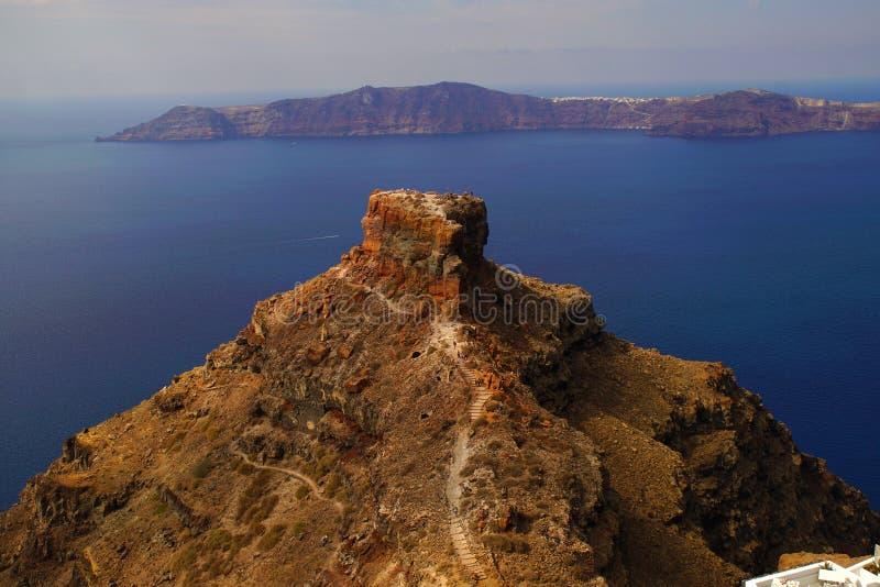 Skarosrots met Panorama van de Caldera in Santorini royalty-vrije stock afbeelding