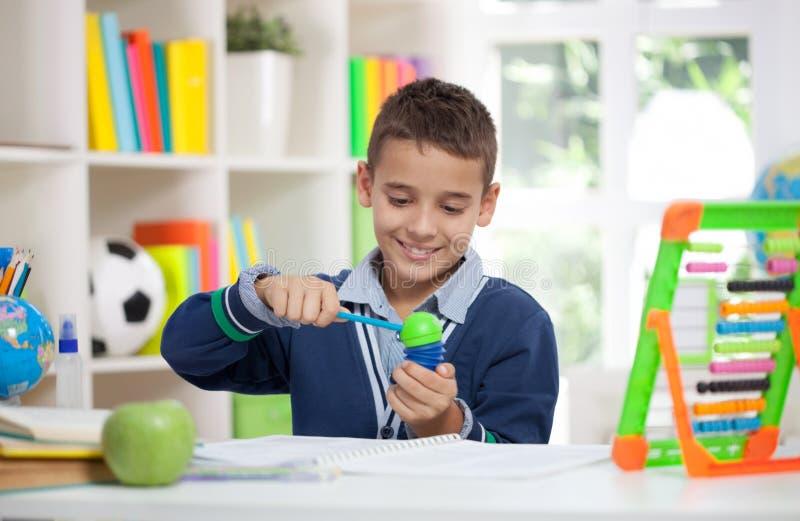 Skarp blyertspenna för liten skolpojke arkivfoton