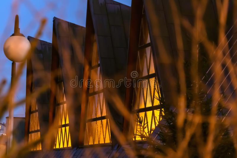 Skarp fasad för hörnbyggnadsarkitektur i Gdansk, Polen royaltyfria foton