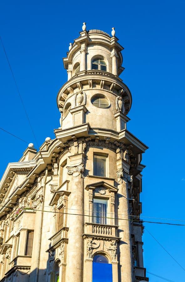 Skarp hörnbyggnad i St Petersburg royaltyfri foto