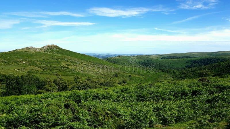 Skarp Tor & Dartmeet/österut Dartmoor& x29; Cirkuläret går, Dartmeet, den Dartmoor nationalparken royaltyfria foton