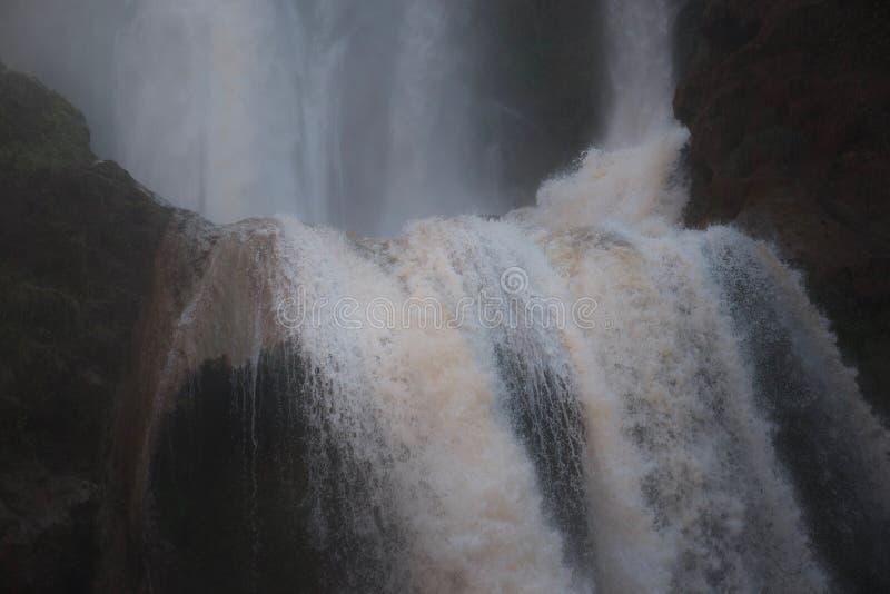 Skarpt foto av kanten av en skumma vattenfall royaltyfri fotografi