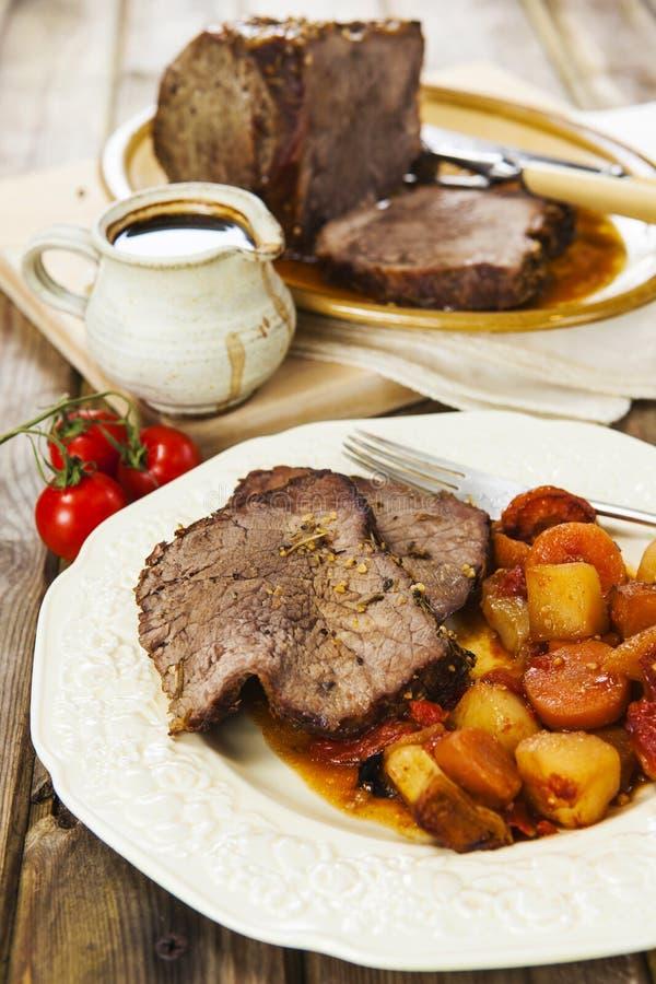 Skarv för steknötkött med stekgrönsaker royaltyfria foton