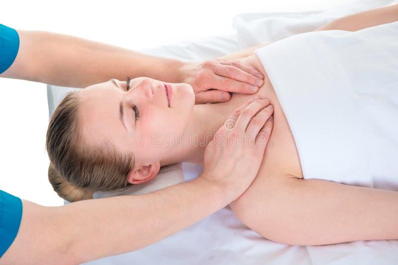 Skarvar f?r skuldra f?r ` s f?r ung kvinna som behandlas av en osteopat - en behandling f?r alternativ medicin arkivfoton