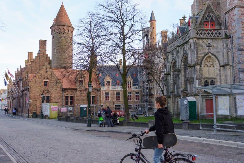 Skate do ith de Cysclist na rua de Bruges fotos de stock royalty free