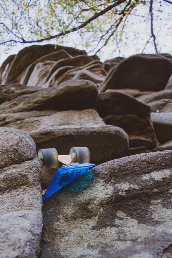 skate esquecido no rock fotografia de stock royalty free