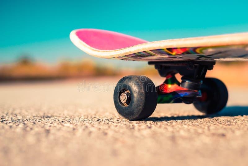 Skate no fim da estrada acima foto de stock