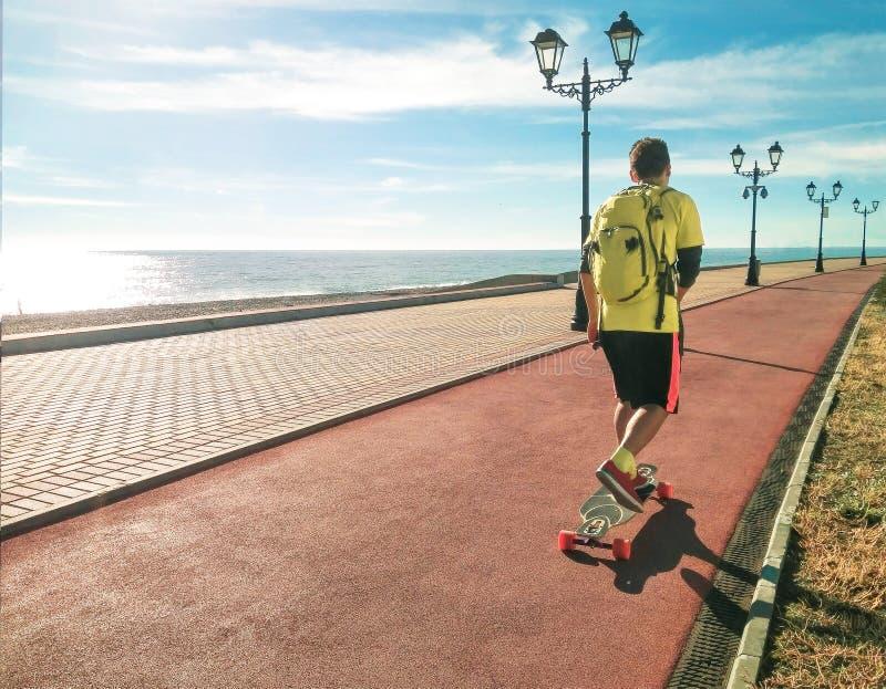Skate ou longboard da equitação do homem fotografia de stock