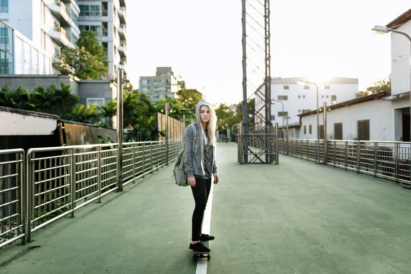 Skateboard κοριτσιών Yougn υπαίθρια αστική έννοια στοκ φωτογραφία με δικαίωμα ελεύθερης χρήσης
