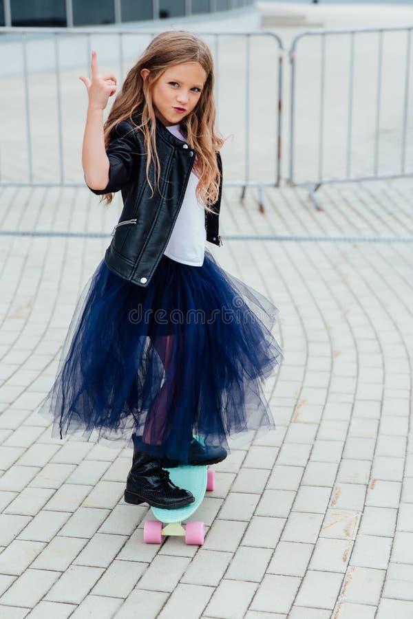 Skateboard παιδιών μόδας schoolgirlwith στην πόλη στην οδό στοκ φωτογραφίες με δικαίωμα ελεύθερης χρήσης