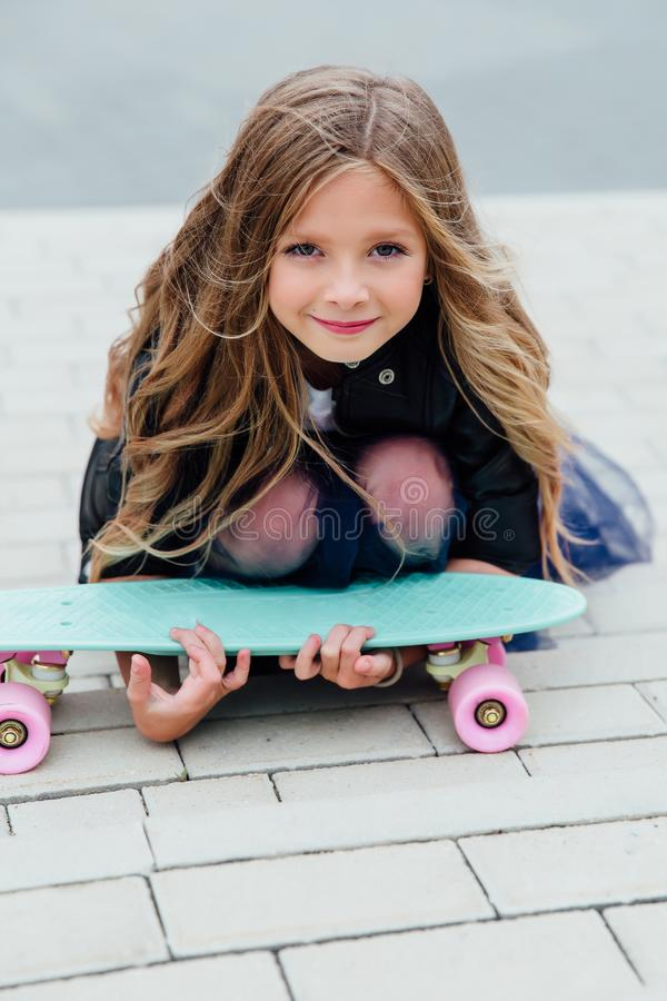 Skateboard παιδιών μόδας schoolgirlwith στην πόλη στην οδό στοκ εικόνα με δικαίωμα ελεύθερης χρήσης