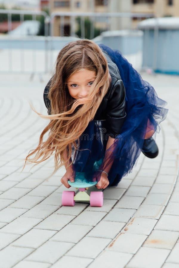 Skateboard παιδιών μόδας schoolgirlwith στην πόλη στην οδό στοκ φωτογραφίες