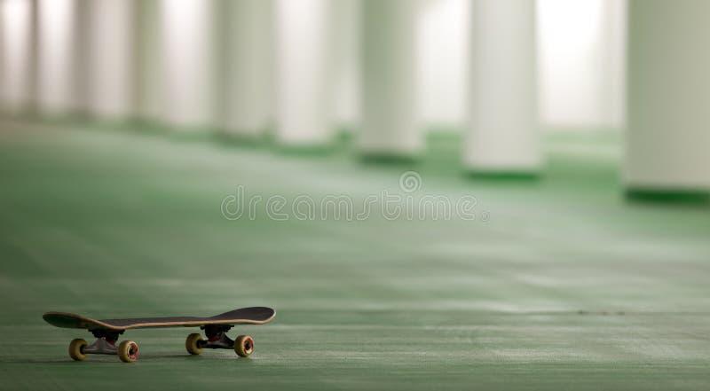 Skateboard in een ondergronds parkeren stock foto