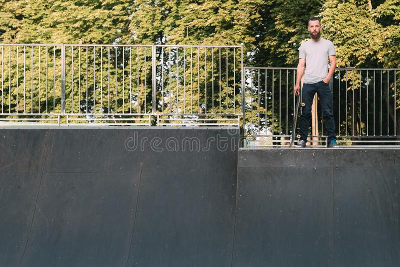 Skateboard fahren des Mannjugendhippie-Rampenskateboards stockfoto