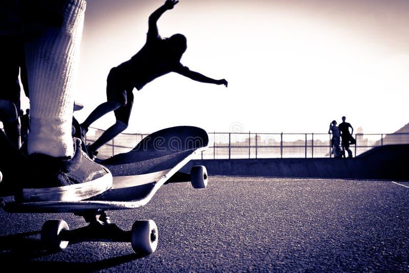 Skateboard fahren des Parks lizenzfreie stockfotos