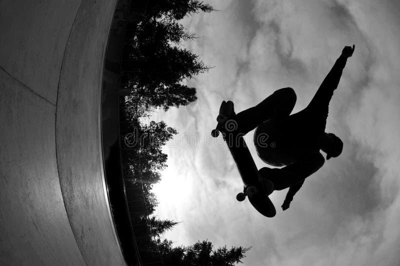 Skateboard fahren des Schattenbildes stockbilder