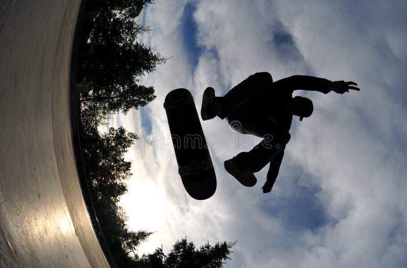Skateboard fahren des Schattenbildes stockfotos