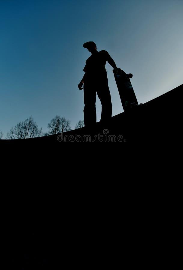 Skateboard fahren des Schattenbildes stockfotografie