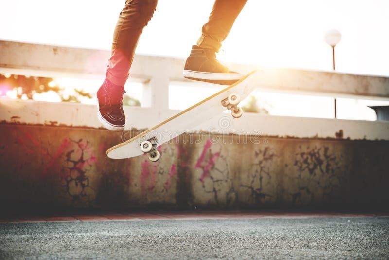 Skateboard fahren Praxis-Freistil-des extremen Sport-Konzeptes stockfotos