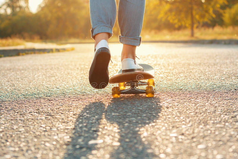 Download Skateboard Fahren Von Beinen Am Rochenpark Schönes Wetter Mit Der  Sonne Stockfoto   Bild Von