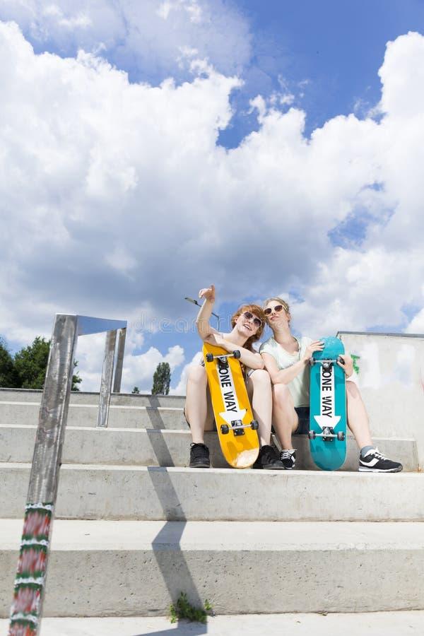 Skateboard fahren von den Freaks, die auf der vert Rampe sitzen lizenzfreies stockfoto