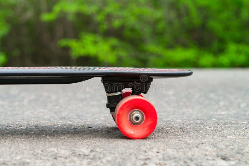 Skateboard p? en v?g arkivfoton