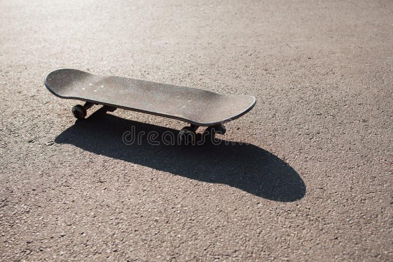Skateboard på vägen Extrem sportutmaning arkivbild