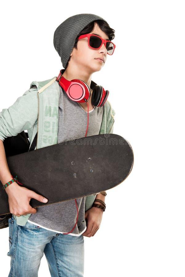 Skateboarder över vit bakgrund royaltyfri fotografi